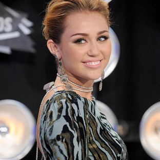 Miley Cyrus gets stitches in hand